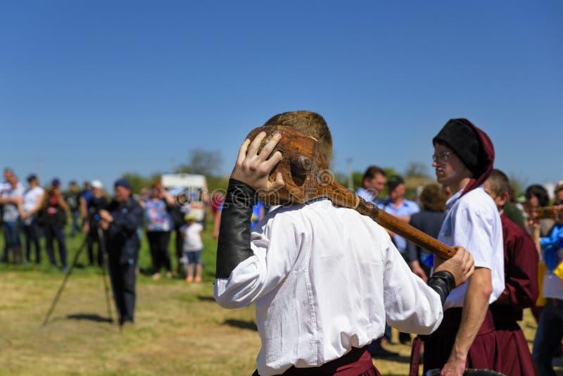 Mann kleidete in einem traditionellen ukrainischen Kosakenkostüm, Tag an stockfotografie
