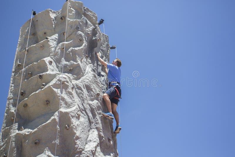Mann-Klettern draußen lizenzfreie stockbilder