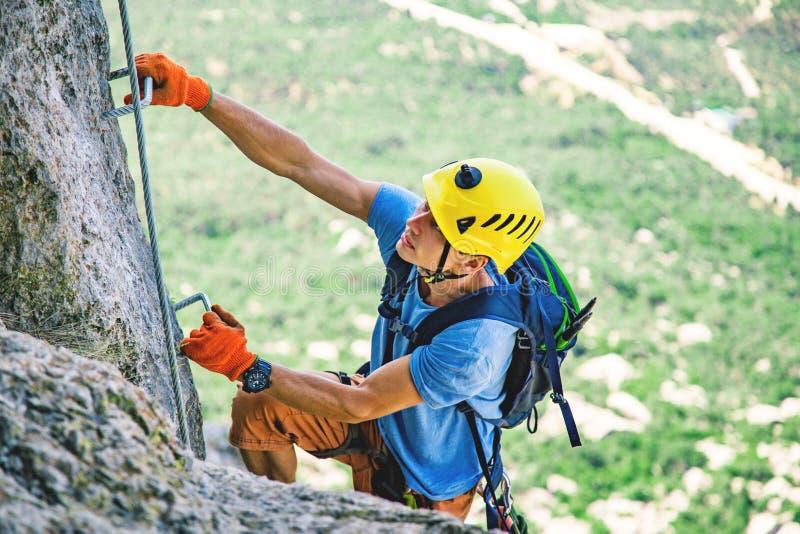 Mann-kletternder Berg lizenzfreie stockfotos