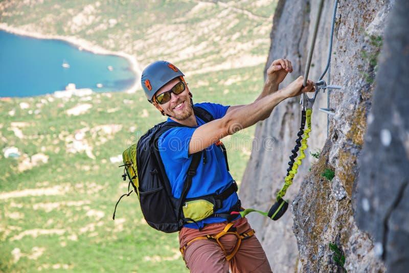 Mann-kletternder Berg stockfoto