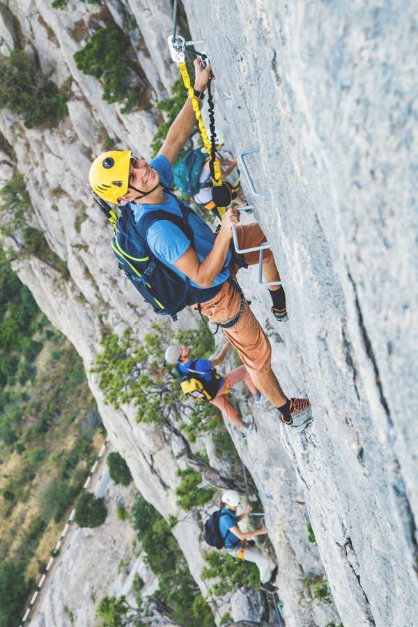 Mann-kletternder Berg lizenzfreie stockbilder