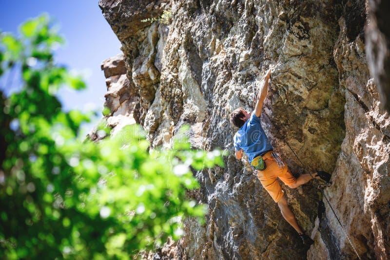 Mann klettert Felsen stockbilder
