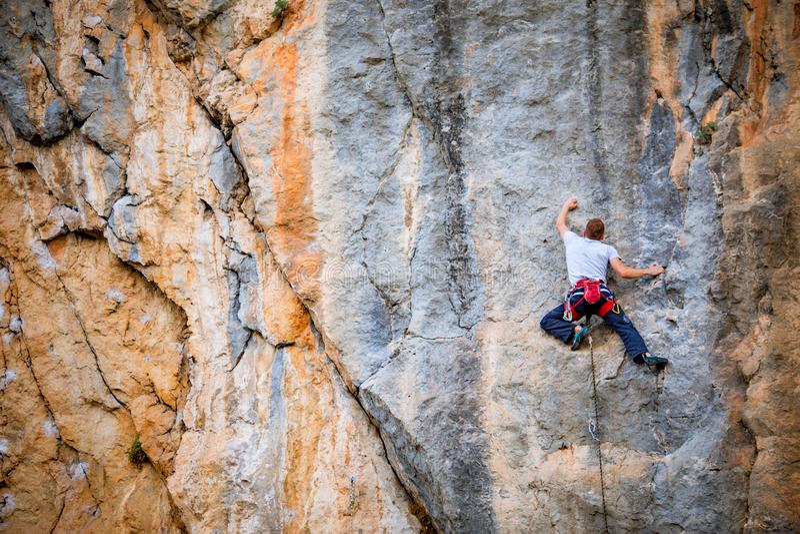 Mann klettert Felsen lizenzfreie stockfotos