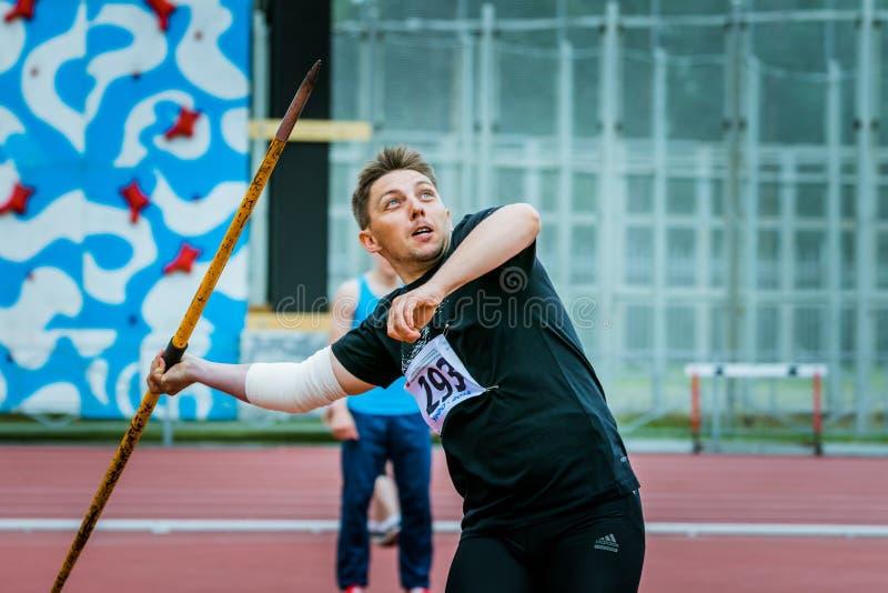 Mann konkurriert im Speerwurf stockfoto