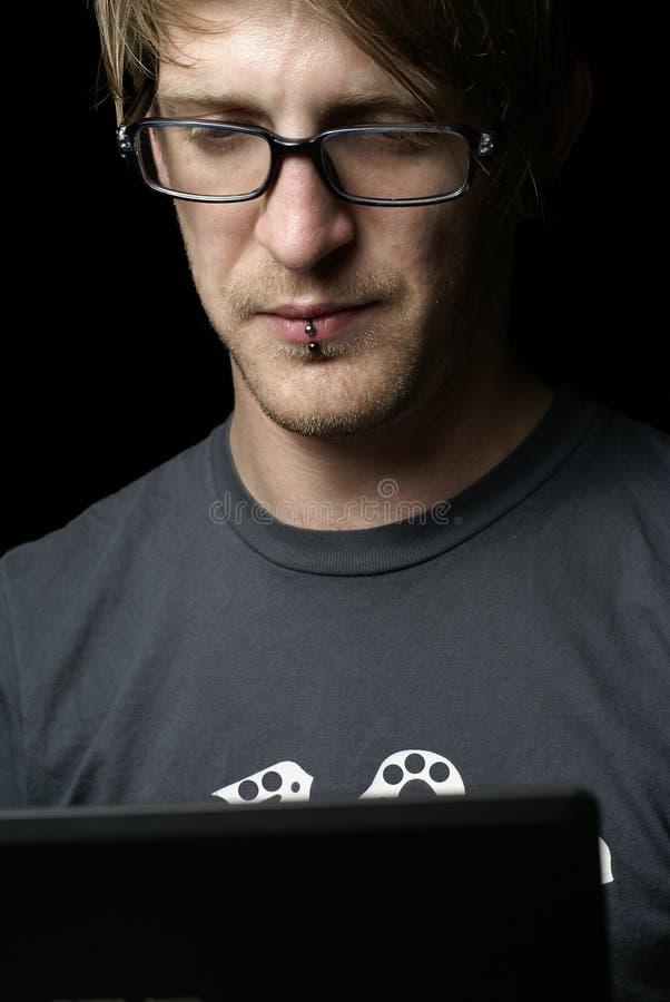 Mann konzentrierte sich auf Laptop lizenzfreies stockbild