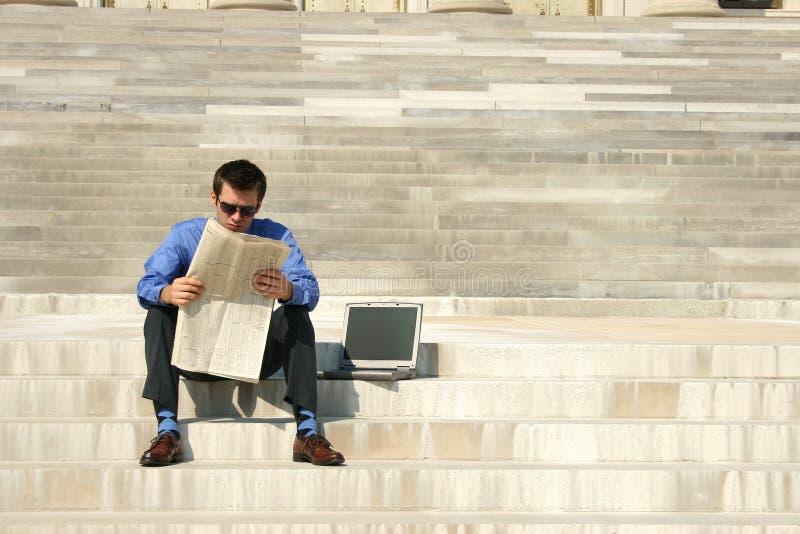 Mann-Lesezeitung lizenzfreies stockbild
