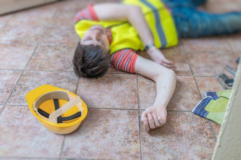 Mann liegt auf dem Boden Verletzte Arbeitskraft hatte Unfall stockbild