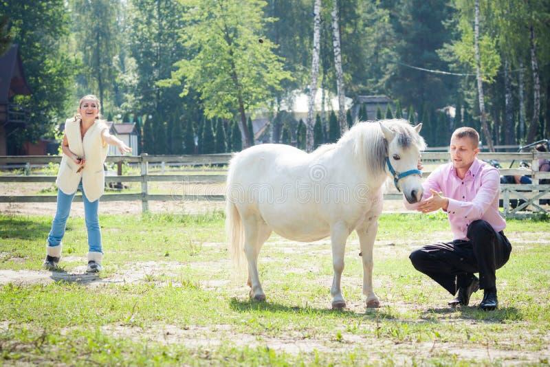Mann, Mädchen und Pferd stockbild