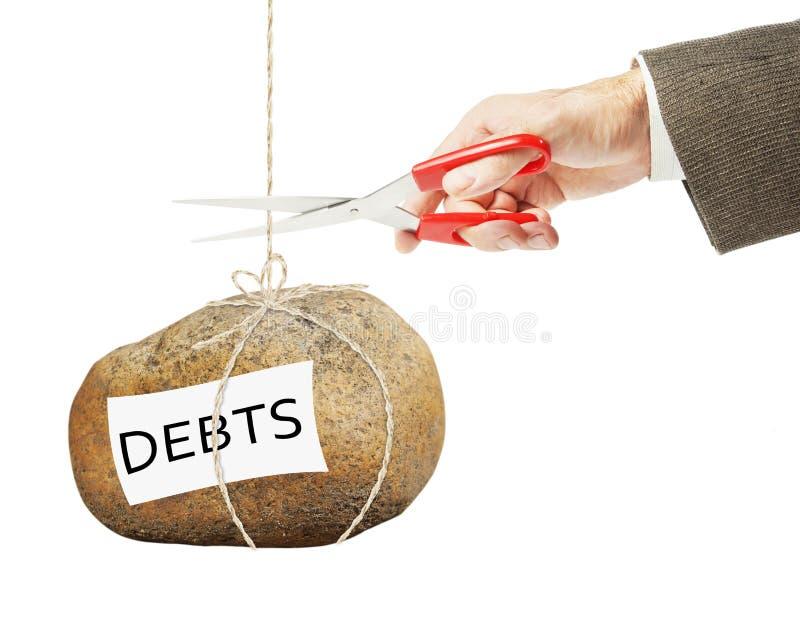 Mann möchte ein Seil schneiden, an dem schweren Stein mit Schulden hängt stockfotografie