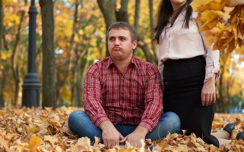 Mann müde im Herbststadtpark unglückliches Gefühl stockbilder