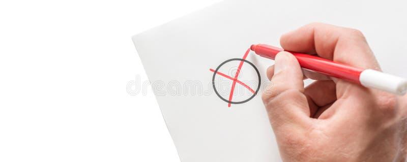Mann macht ein Kreuz auf einem Blatt Papier als Symbol einer Wahl mit Kopienraum stockbild