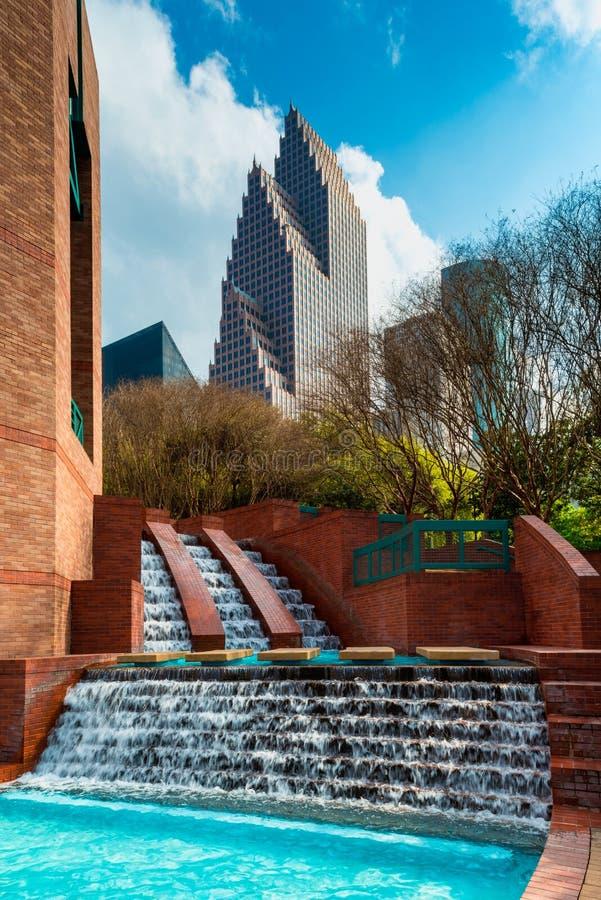 Mann machte Wasserfall im Park in im Stadtzentrum gelegenem Houston Texas stockbild