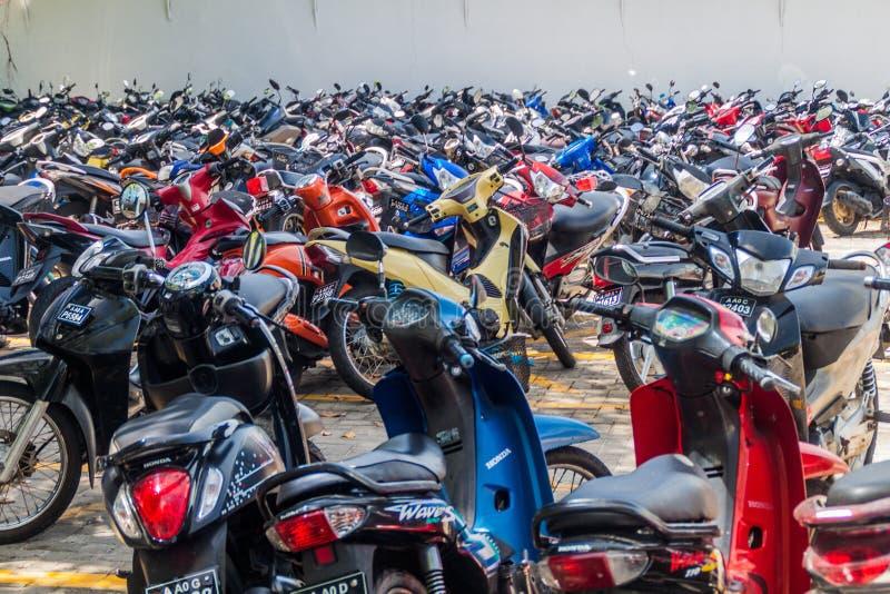 MANN, MALEDIVEN - 11. JULI 2016: MotorradParkplatz in Mal stockfotos