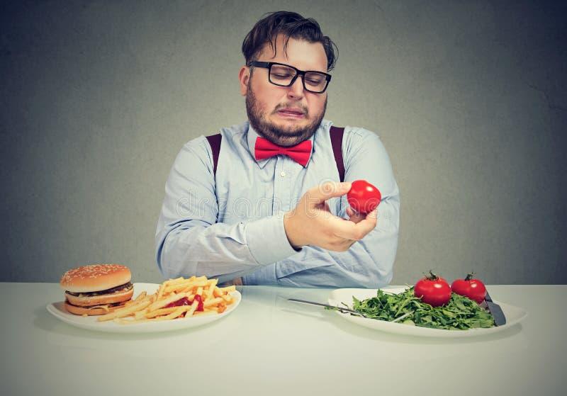 Mann mit überladenem unglücklichem mit neuer Diät lizenzfreie stockfotografie