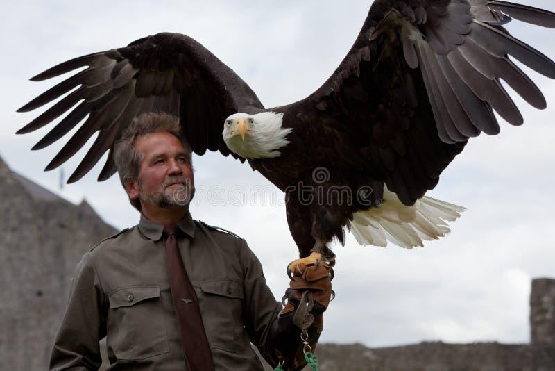 Mann mit Adler lizenzfreies stockbild