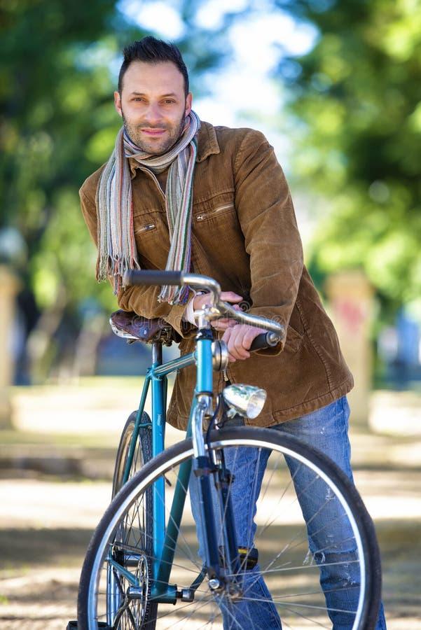 Mann mit altem Fahrrad stockfotos