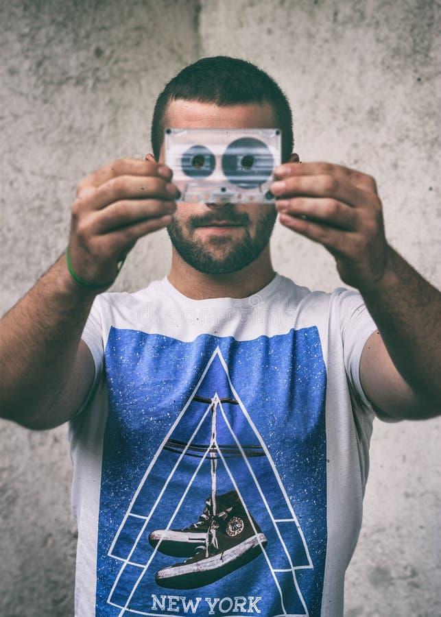 Mann mit alter Stereokassette stockfotos