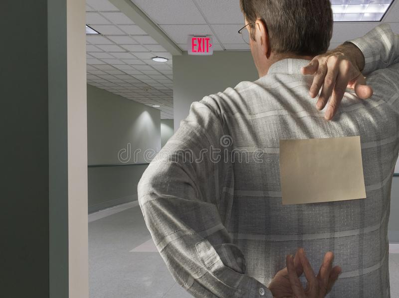 Mann mit Anmerkung unterstützen an in der Halle lizenzfreies stockfoto
