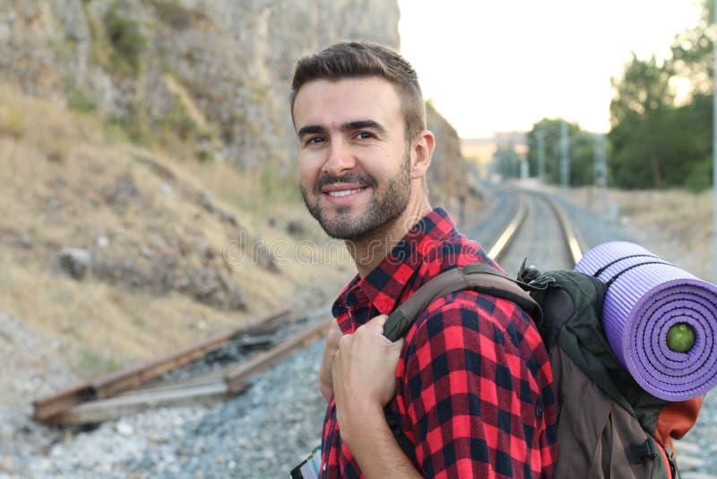 Mann mit Ausrüstung ungefähr wandern, um ein Abenteuer im Wald zu beginnen stockfotografie