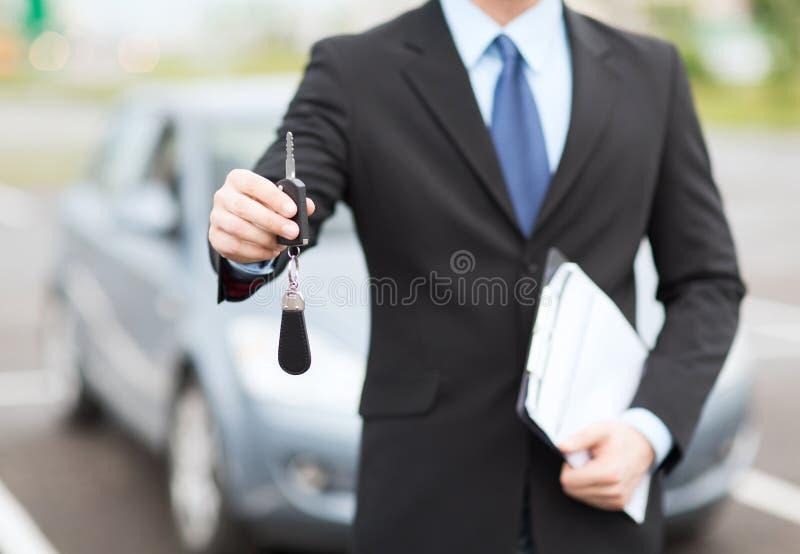 Mann mit Autoschlüssel draußen lizenzfreies stockbild