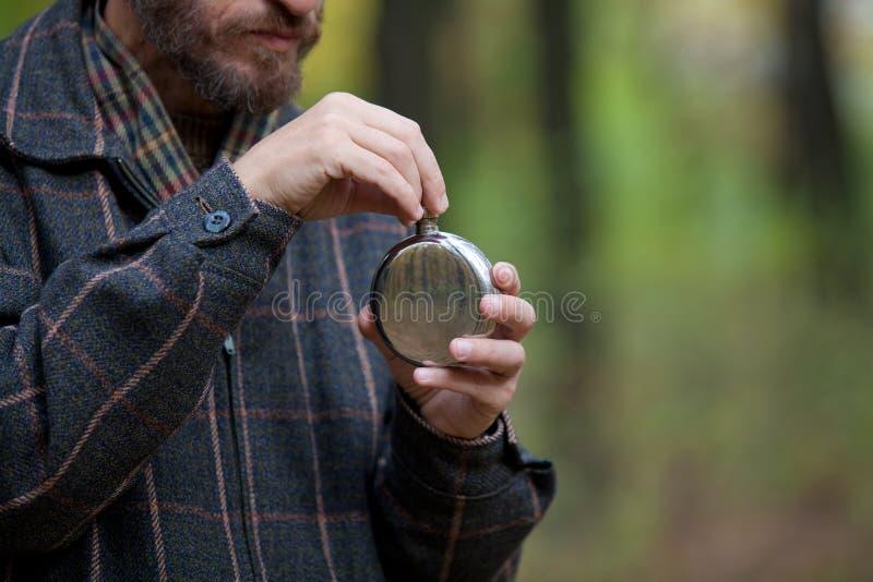 Mann mit Bart öffnet die Flasche stockfotos