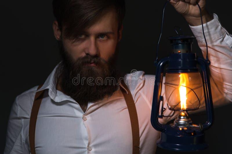 Mann mit Bart im weißen Hemd und in den Hosenträgern stockfotos