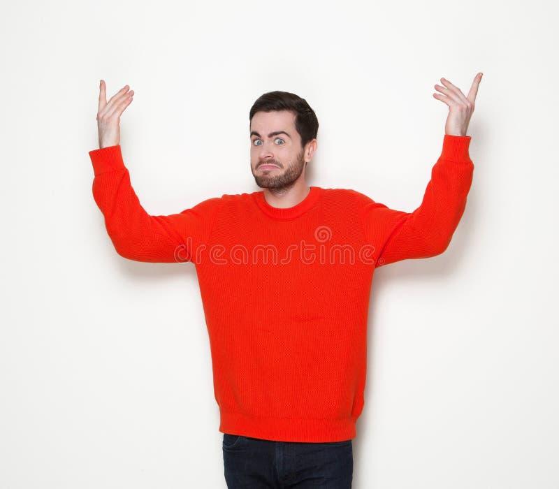 Mann mit Bart mit den Armen angehoben lizenzfreie stockfotografie