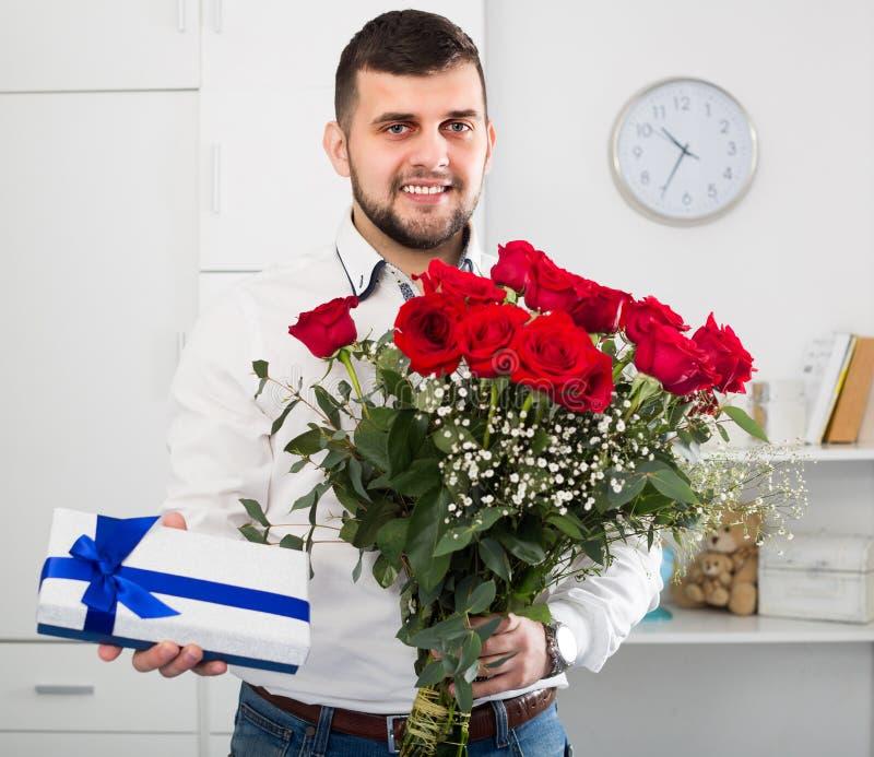 Download Mann Mit Bart Stellt Blumen Und Geschenk Dar Stockbild - Bild von blau, gemocht: 90235515