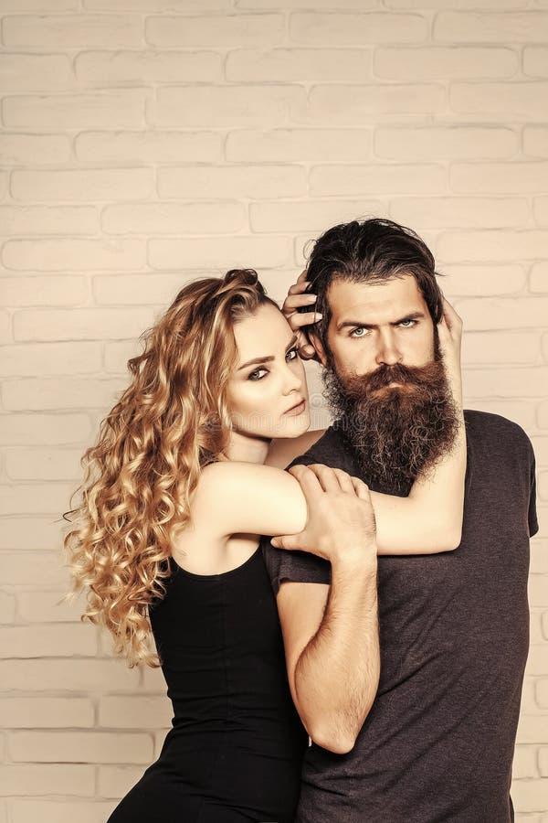 Mann mit Bart und Frau mit dem langen blonden Haar stockbilder