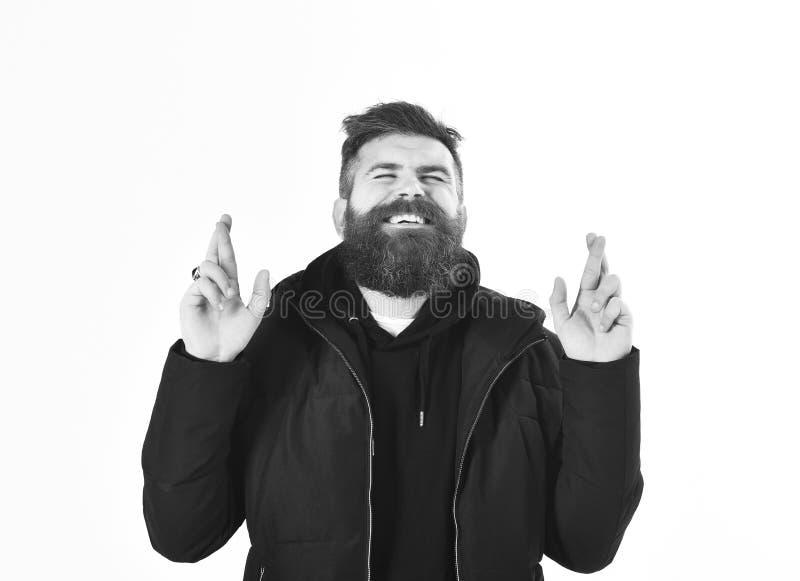 Mann mit Bart und geschlossenen Augen kreuzt Finger, Geste stockfotografie
