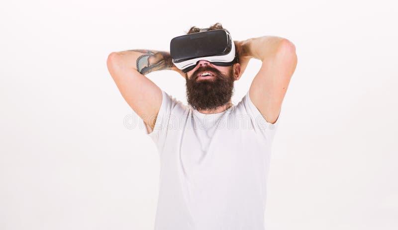 Mann mit Bart in VR-Gläsern genießen, Video, weißen Hintergrund aufzupassen Virtuelles Kinokonzept Kerl mit dem Kopf angebracht lizenzfreies stockbild
