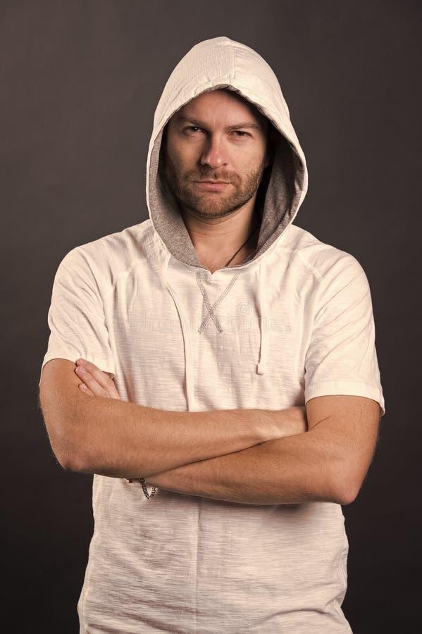 Mann mit Bartabnutzungshaube B?rtiger Mann im zuf?lligen Sweatshirt Mode-Modell im Hoodiet-shirt Aktiver Lebensstil und Gesundhei lizenzfreie stockfotos
