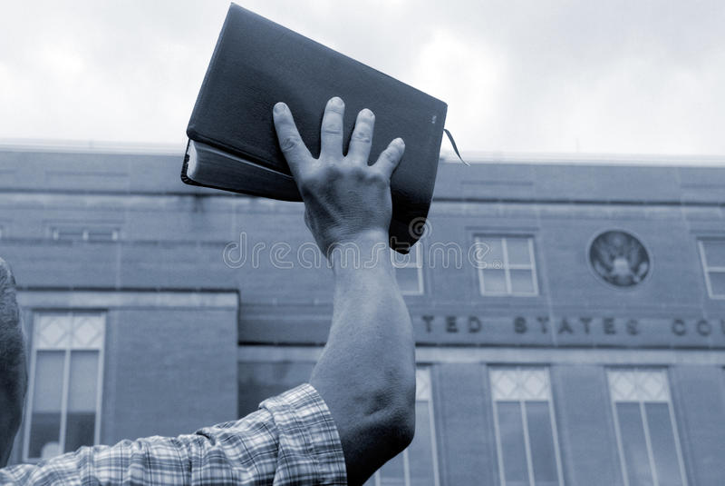 Mann Mit Bibel Am Protest Stockfotos