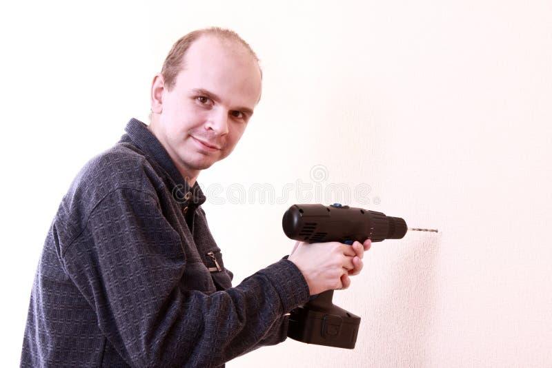 Mann mit Bohrgerät lizenzfreies stockbild
