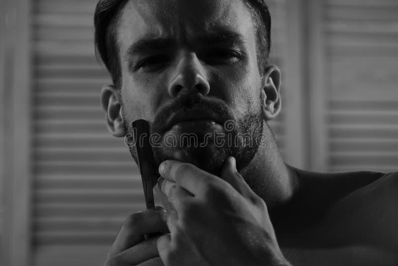 Mann mit Borste und starkes Gesicht auf Weinlesewandhintergrund, selektiver Fokus Sex und Gesundheitswesenkonzept: Macho lizenzfreies stockfoto