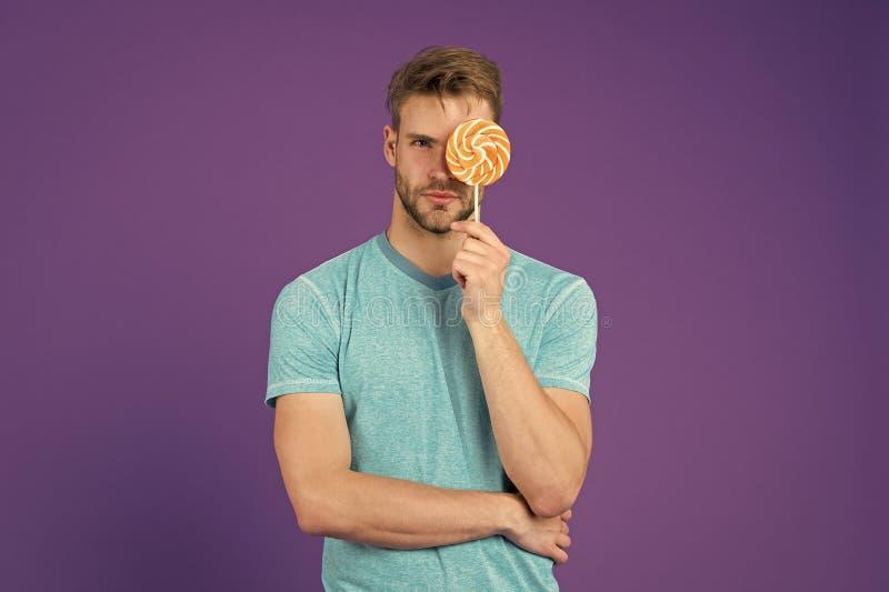 Mann mit Borstengleichlutscher Betr?germahlzeitkonzept Zucker sch?dlich f?r Gesundheit Violetter Hintergrund der Kerlgrifflutsche stockbilder