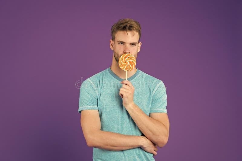 Mann mit Borstengleichlutscher Betr?germahlzeitkonzept Zucker sch?dlich f?r Gesundheit Violetter Hintergrund der Kerlgrifflutsche lizenzfreie stockfotografie