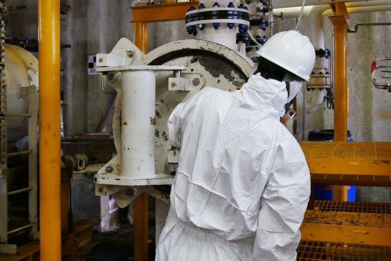 Mann mit chemischer Schutzmaske und Schutzkleidung in der Gefahrenzone lizenzfreie stockfotos