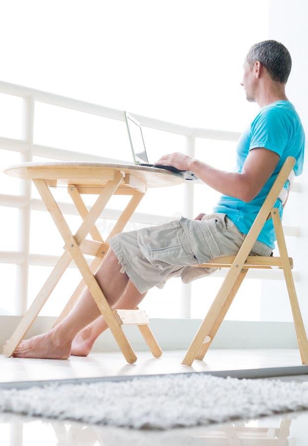 Mann mit Computer lizenzfreie stockfotos