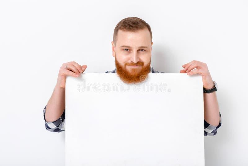 Mann mit dem Bart, der große weiße Karte hält stockfoto