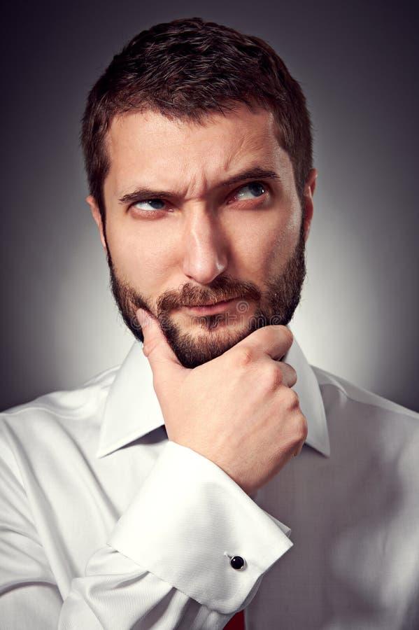 Mann Mit Dem Bart, Der Oben Schaut Stockfoto
