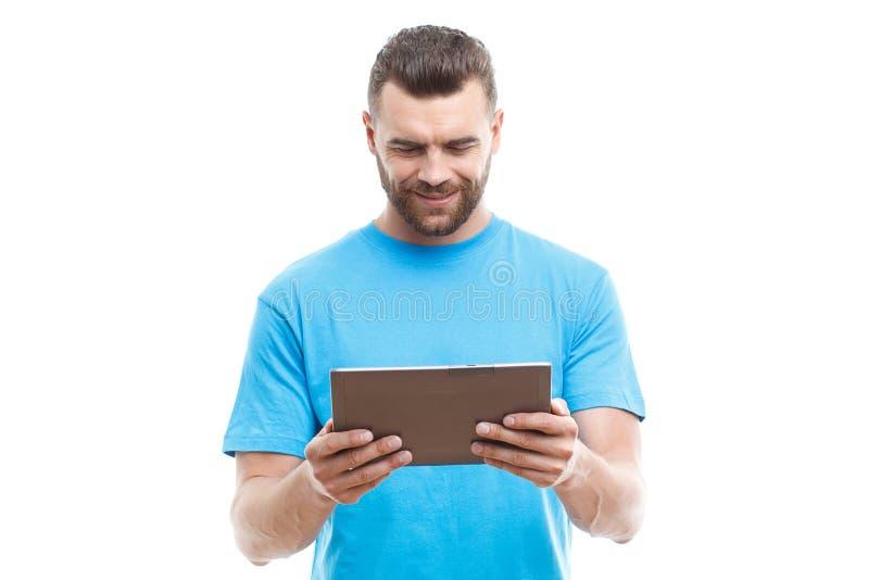 Mann mit dem Bart, der Tablette hält lizenzfreies stockbild