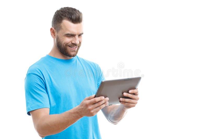 Mann mit dem Bart, der Tablette hält lizenzfreie stockfotos