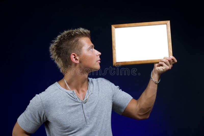 Mann mit dem Bekanntmachen des Vorstands lizenzfreie stockbilder