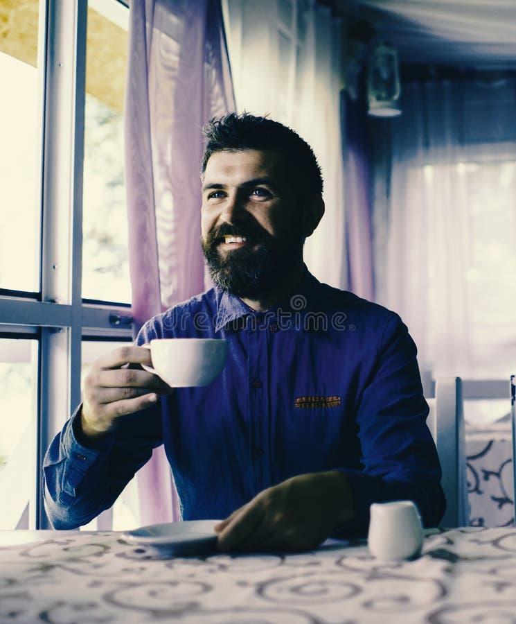 Mann mit dem glücklichen Gesicht aufgeregt über Datum, lizenzfreie stockfotos