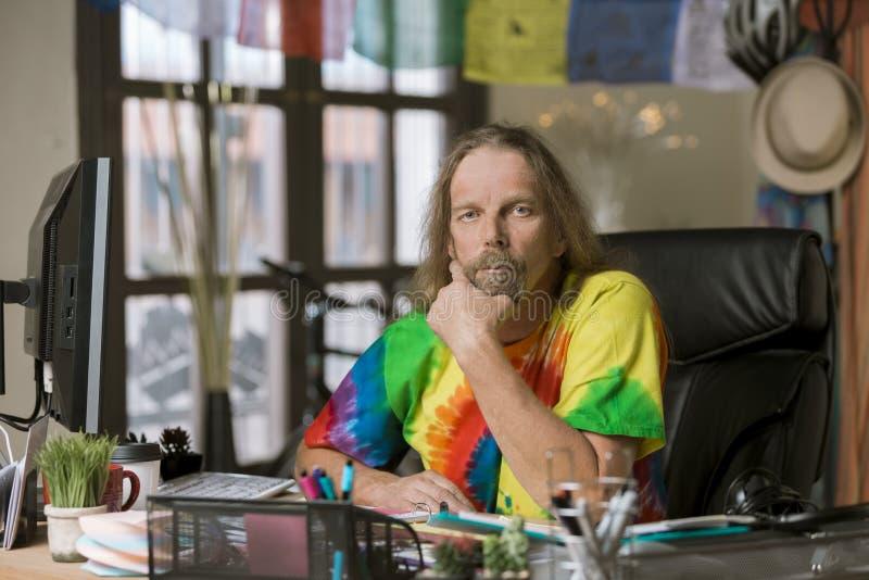 Download Mann Mit Dem Langen Haar In Einem Bunten Büro Stockfoto - Bild von böhmisch, fachmann: 118372564