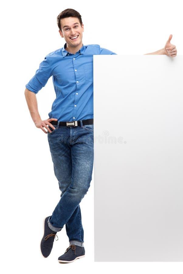 Mann mit dem leeren Plakat, das sich Daumen zeigt lizenzfreies stockbild
