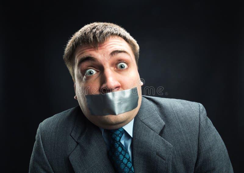 Mann mit dem Mund bedeckt durch selbsthaftendes Kreppband lizenzfreies stockfoto