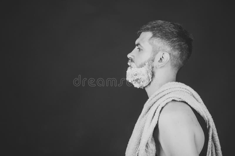 Mann mit dem Rasieren des Gels auf Bart und Schnurrbart lizenzfreies stockfoto