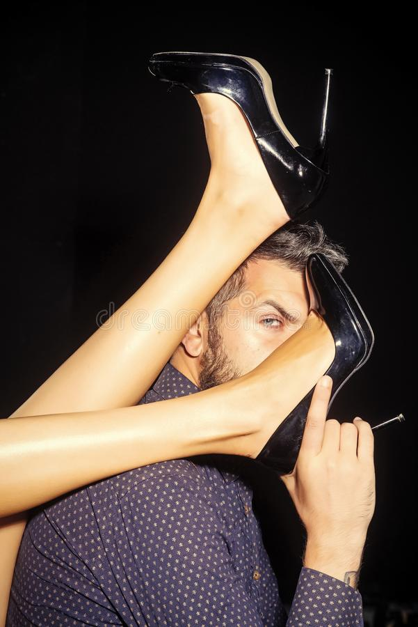 Mann mit den Beinen der Frau in den Schuhen lizenzfreies stockbild